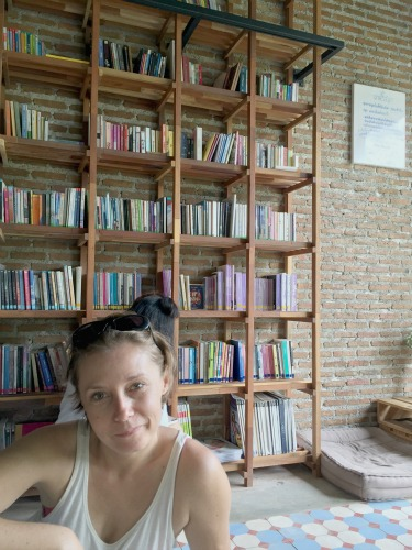 Jo travels cheaply in Thailand by staying at hostels